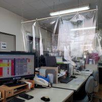オフィスのデスクを仕切る方法